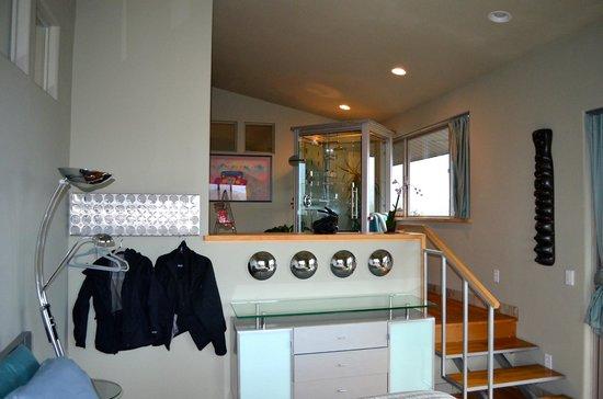 Christopher Joyce Vineyard and Inn: Bedroom level of split level room, bathroom and shower are on the above level