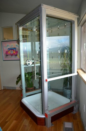 Christopher Joyce Vineyard and Inn : Free Standing Glass shower