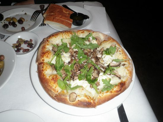 Los Olivos Wine Merchant & Cafe: Pizza w/ truffle oil, ricotta, arugala and mushrooms ($14.00)
