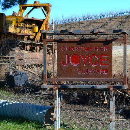 Christopher Joyce Vineyard and Inn : Sign out front of the long driveway