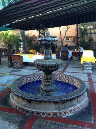 Mariscos Progreso: Fountain at entrance to dining area.