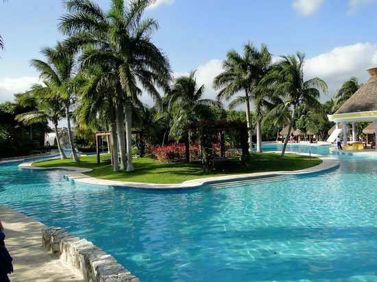 IBEROSTAR Paraiso Del Mar: Huge island in the pool area