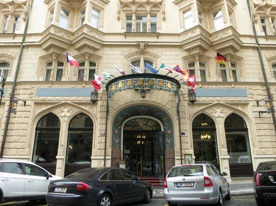 Hotel Paris Prague: The entrance