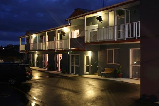 Avenue Heights Motel: Night View