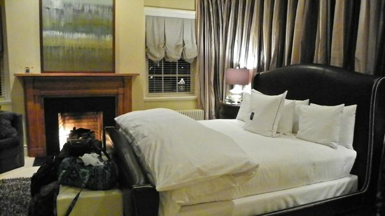 The Inn at Willow Grove: Plush king Size bed in the Master Suite