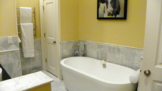 The Inn at Willow Grove: White marble surround and soaking tub in the Master Suite bathroom