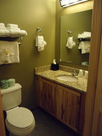 Hope Lake Lodge & Conference Center: Upstairs bathroom