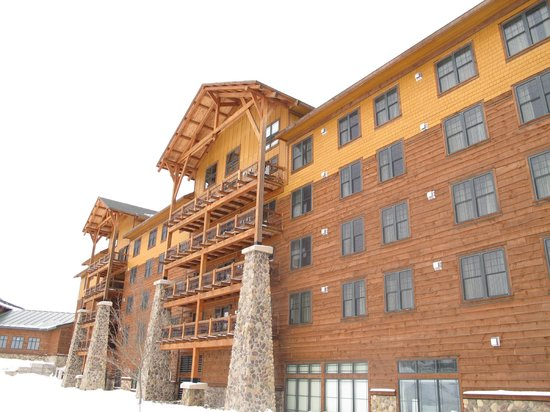 Hope Lake Lodge & Conference Center: Outside of lodge