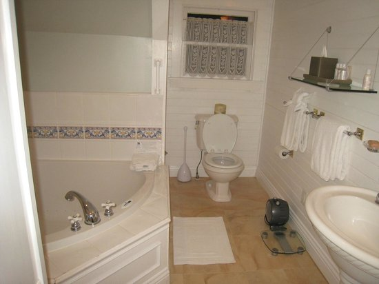 Packard House: Bathroom with whirlpool tub
