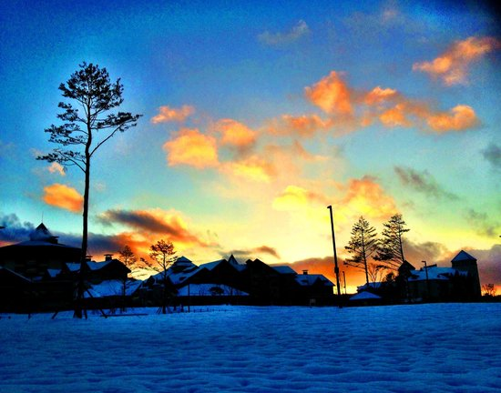 Holiday Inn and Suites Alpensia Pyeongchang Suite: A beautiful sunset walk in winter