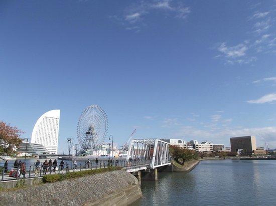 Kishamichi Promenade: 橋梁と左右の眺め (ゆっくり見ると興味が湧いてきます)