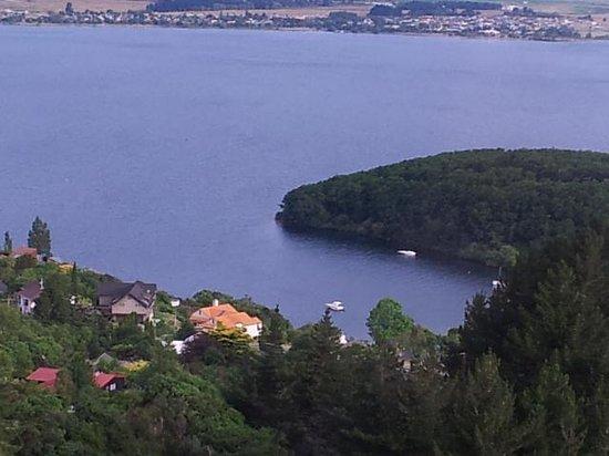 Acacia Cliffs Lodge: Lake Taupo Bay just below The Lodge
