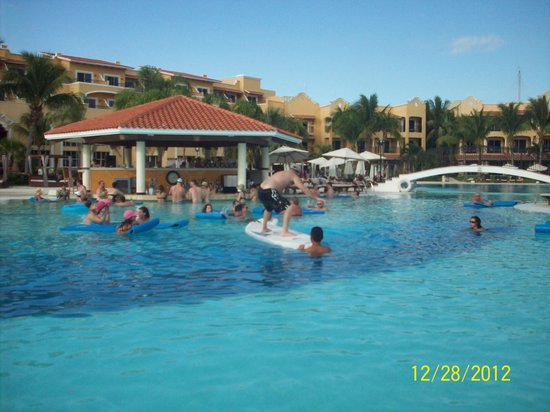 Secrets Capri Riviera Cancun: Everyone having fun in the Pool area