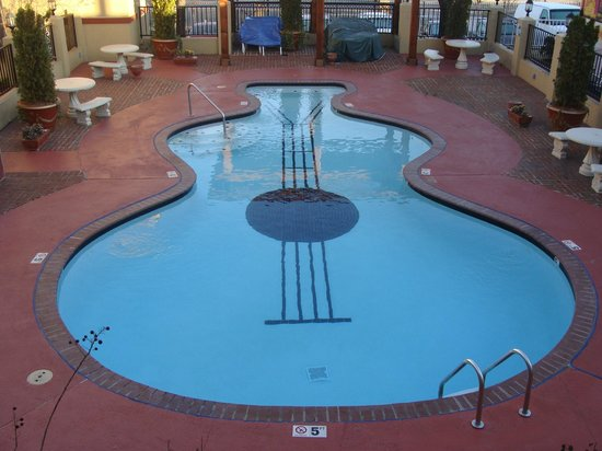 Days Inn Memphis at Graceland: Guitar shaped pool