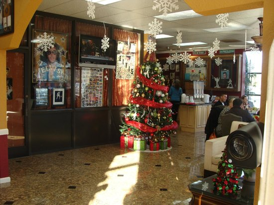 Days Inn Memphis at Graceland: Lobby with Elvis Memorabilia