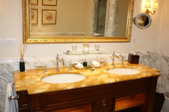 Four Seasons Hotel Firenze: Bathroom