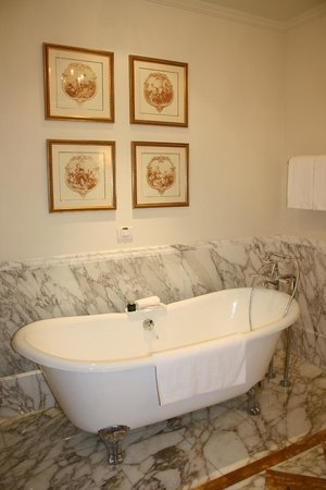 Four Seasons Hotel Firenze : Bathroom