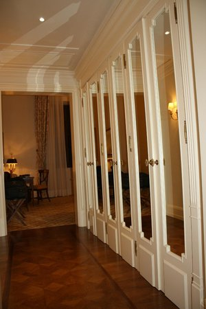 Four Seasons Hotel Firenze: Hall of Closets