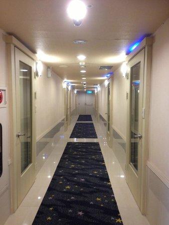 Kindness Hotel - Xiongzhong : Well-lited corridor