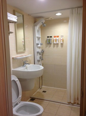 Kindness Hotel - Xiongzhong: basic but clean toilet