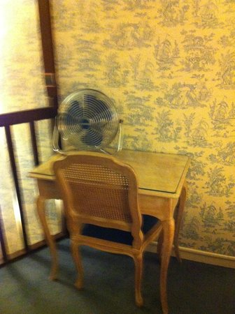 Hotel Baudelaire Opera: desk and chair with fan in upstairs bedroom