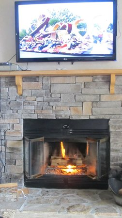 Deer Ridge Mountain Resort: Fireplace and TV living room