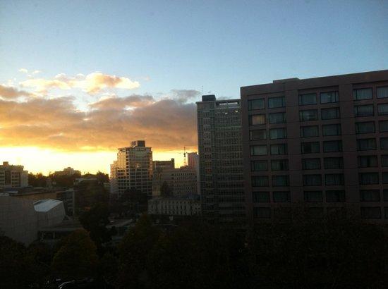 Auckland City Oaks: Vue de ma chambre coté Queen Street 7ème étage. Levé du soleil