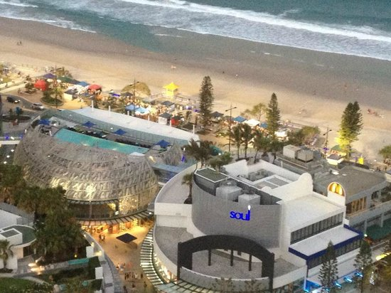 Hotel Grand Chancellor Surfers Paradise: Close up of the view from our room (Premiere Ocean Suite)