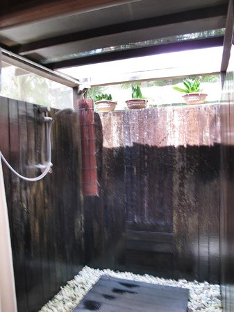 Sipadan Mabul Resort: Outdoor shower - masquito proof :-)