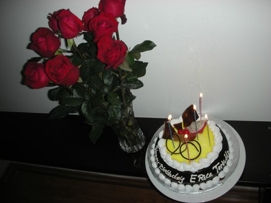 Hanoi Sans Souci IV Hotel: (Almost)dozen roses and bday cake