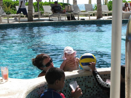 Hacienda Tres Rios: Poolside fun!