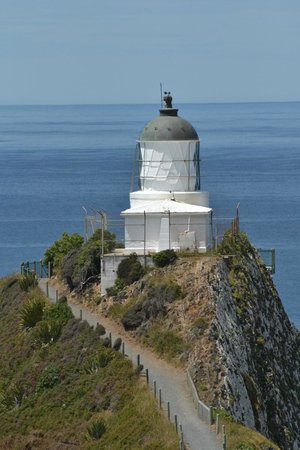 Nugget Point/Tokata Walks: Approaching the lighthouse