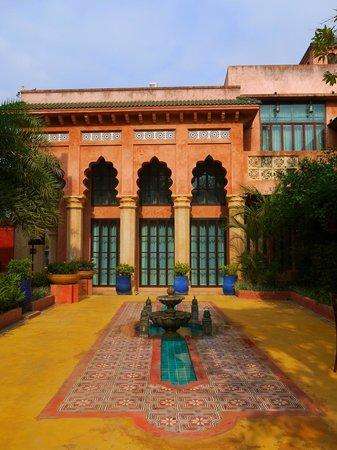 Sheik Istana Hotel: Beside Hotel