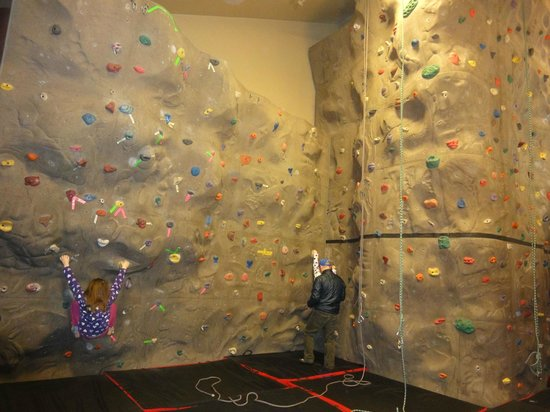Mavericks at Sunriver: Climbing wall at Mavericks
