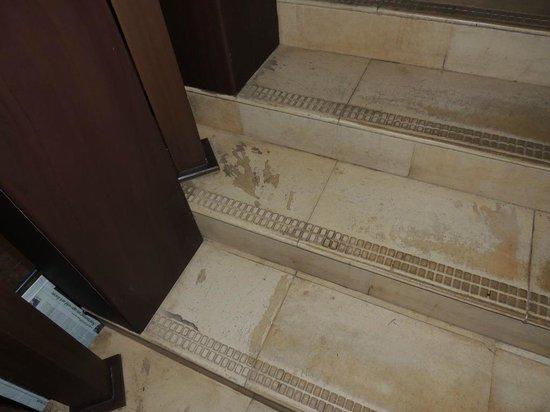 Bright Heritage: tout est crasseux : escalier, salle de bains, chambre - pas nettoyé