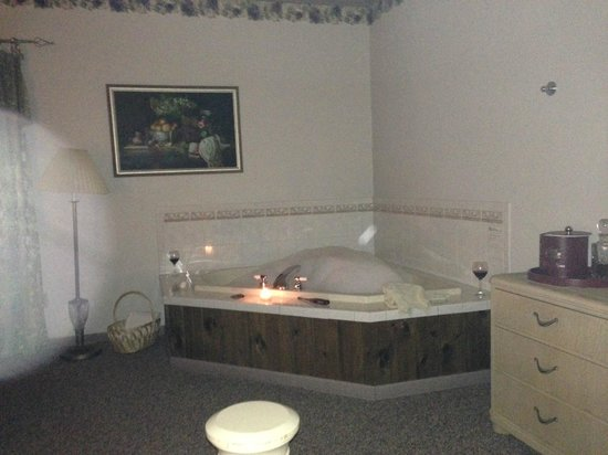 The French Manor Inn and Spa: Jacuzzi in our room