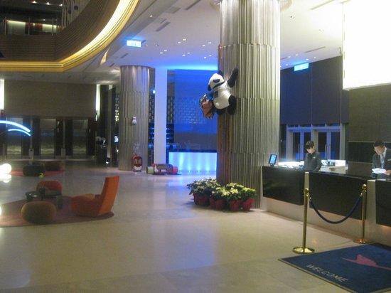 Hotel Novotel Taipei Taoyuan International Airport: チェックインカウンター横にもパンダ 