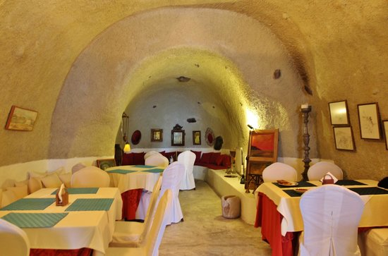 Heliotopos Hotel: cave-like breakfast area