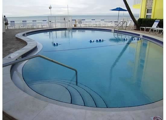 Sandpiper Gulf Resort: Pool view facing the Gulf - unobstructed, unlike other places
