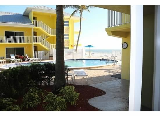 Sandpiper Gulf Resort: how close the pool is to our poolside room