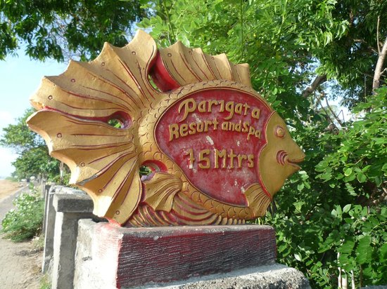 Parigata Resort & Spa: As you walk the path along the beach, look for this fish sign for the road back to Parigata
