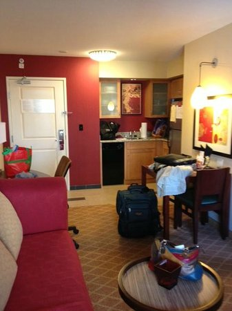 Residence Inn Sacramento Downtown at Capitol Park: Kitchen/dining area of our suite