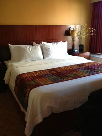 Residence Inn Sacramento Downtown at Capitol Park: The King-sized bed in our suite