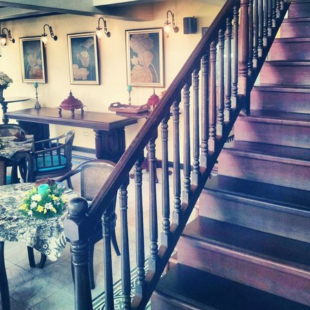 Puripunn Baby Grand Boutique Hotel : Way to upstairs dining, the Library and the high tea room