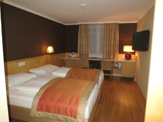 Austria Trend Hotel Ananas : wood flooring deluxe room