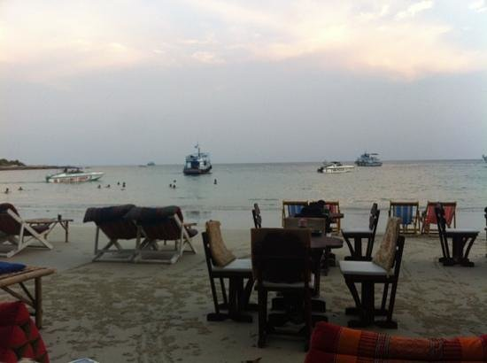 Vongdeuan Resort: Restaurant next to the hotel right in the beach