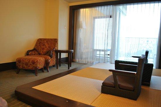 Okinawa Spa Resort EXES: 畳&カーテンの奥にソファー(海が見える)
