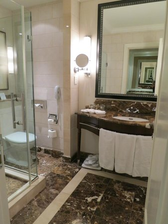 Corinthia Hotel Budapest: separate shower and bath tub area