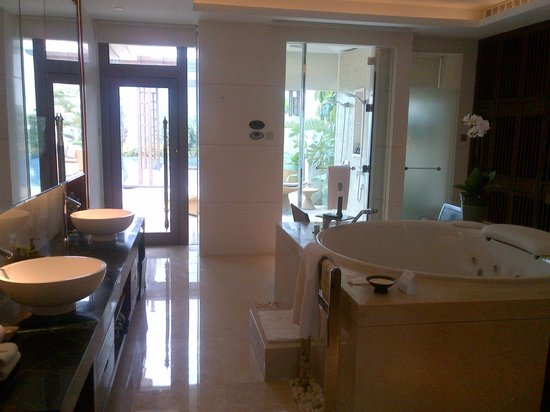 Banyan Tree Macau: The bathroom in the master bedroom