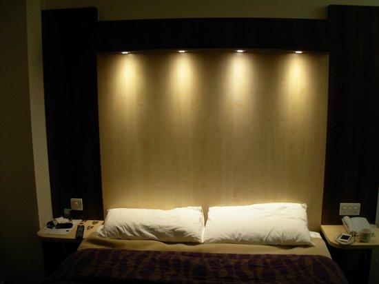 Royal National Hotel: Bed